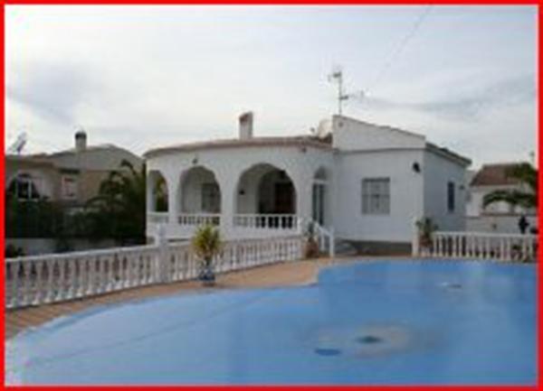 Torrevieja villa met zwembad in ommuurde tuin
